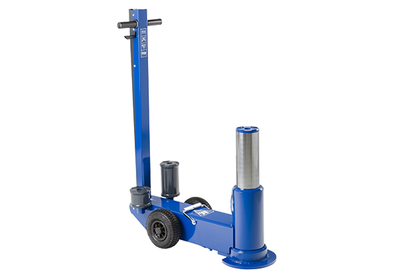 Air hydraulic jack for heavy duty applications with high clearance
