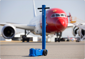 Air hydraulic jacks for aircrafts