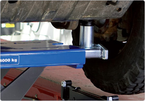 Air hydraulic jacking beam for trucks