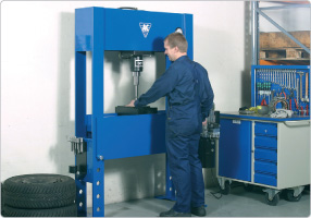 Electro-hydraulic press for truck workshops