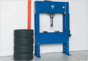 Hand hydraulic press for truck workshops