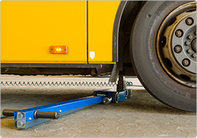 4-stage air hydraulic jack for low buses and other low clearance vehicles