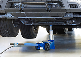 air hydraulic jack for high clearance vehicles