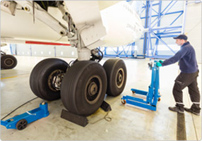 Hydraulic wheel trolley for removal of brake drums on aircrafts